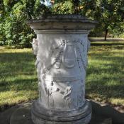 """Warnungsaltar im Wörlitzer Park mit der Aufschrift: """"Wanderer achte Natur und Kunst und schone ihrer Werke"""" (Foto: N. A. Klöhn)"""