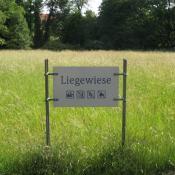 Besucherlenkung zur Entlastung wertvoller Langgraswiesen im Schlossgarten Charlottenburg. © A. von Lührte