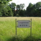 Frische Langgraswiesen im Schlossgarten Charlottenburg: Besucherlenkung durch Ausweisung von Liegewiesen. © A. von Lührte