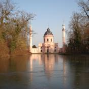 Blick auf sich spiegelnde Moschee im Schlosspark Schwetzingen © B. Seitz