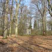 Das Denkmal für teure Verstorbene. Die ca. 220 Jahre alten Linden sind Reste einer auf das Bauwerk zuführenden Allee. © SPSG, M. Hopp