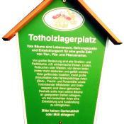 Informationsschild zum Totholzlagerplatz © J. Lorenz